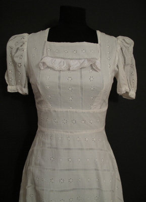1970's 1910's-style White broderie anglaise gown with train/34