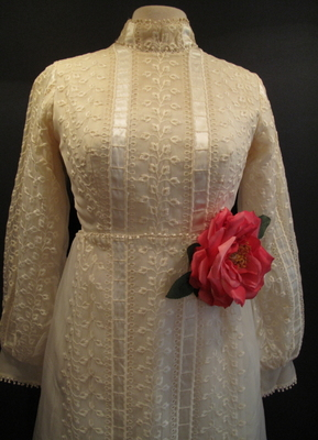 1970's 1890's-style Cream organza embroided gown/32-34