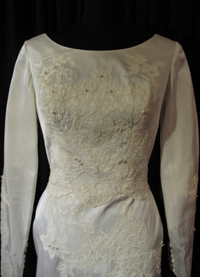 1960's Cream silk gown with lace appliqués/34-36