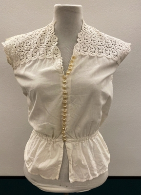 1950's White cotton top with lace/34-36
