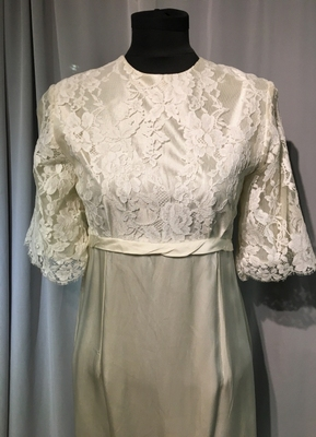 1970's Cream satin gown with lace top/36-38