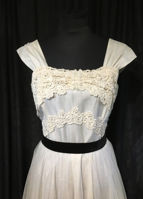 1950's Cream tulle gown with lace trimmings/36-38