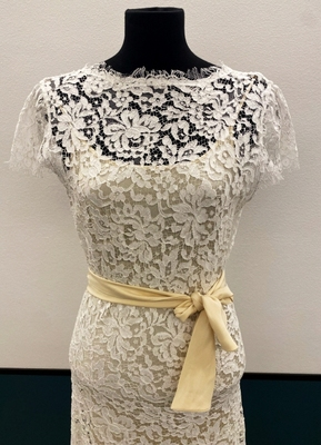1930's-style Ivory lace gown with ¾ sleeves/36