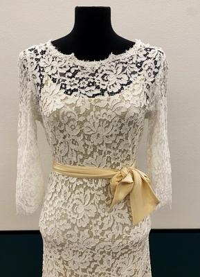 1930's-style Ivory lace gown with ¾ sleeves/38